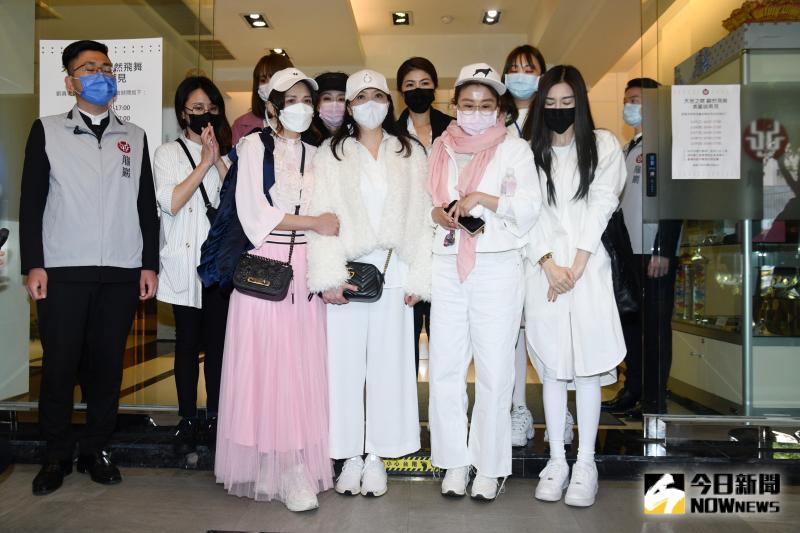 藍心湄與女人我最大團隊到劉真靈堂。(圖/記者林柏年攝,2020.03.29)
