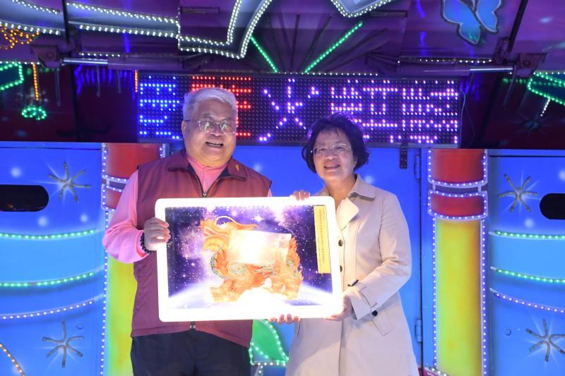 <br> ▲在八卦山大佛前廣場設置玻璃製成的「吉祥火麒麟」主燈,轉贈給台灣護聖宮。(圖/記者陳雅芳攝,2020.03.29)