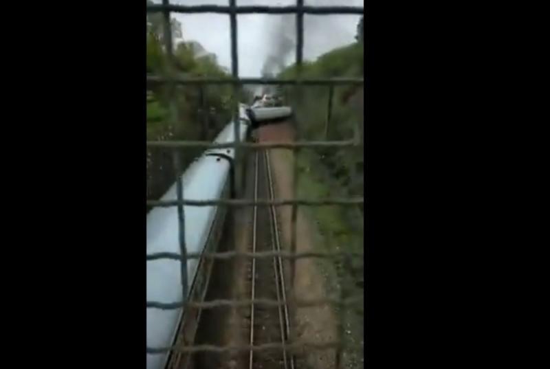 ▲中國大陸一列客運火車行經湖南時煞車不及撞上坍方土流。(圖/翻攝YouTube)
