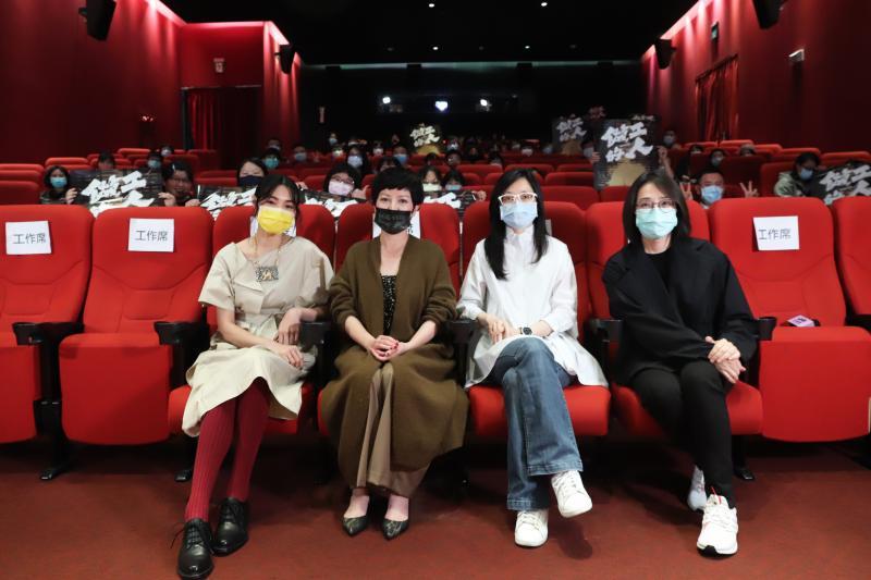 <br> ▲《做工的人》受邀為第42屆金穗獎閉幕片,曾珮瑜(左起)、苗可麗、導演鄭芬芬、製作人林昱伶。(圖 / 大慕影藝提供)