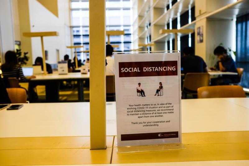 ▲新加坡的社交距離規定,只要距離低於一公尺,就得付上高達台幣21萬罰款。(圖/美聯社/達志影像)