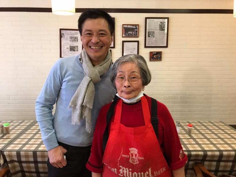 ▲茉莉漢堡創始股東之一的「茉莉(Mary)阿姨」與熟客Kevin熱情合照。(圖/記者賴志昶攝)