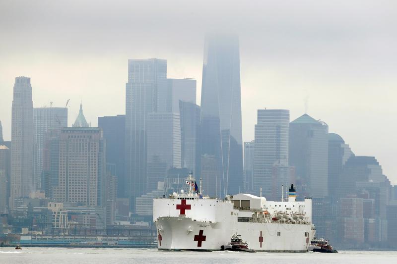 ▲美國海軍醫療艦「安慰號」 30 日駛進紐約碼頭。(圖/美聯社/達志影像)