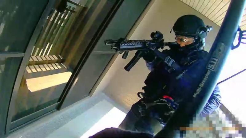 <br> ▲特勤小組從高樓破門攻入詐騙機房(圖/警方提供)