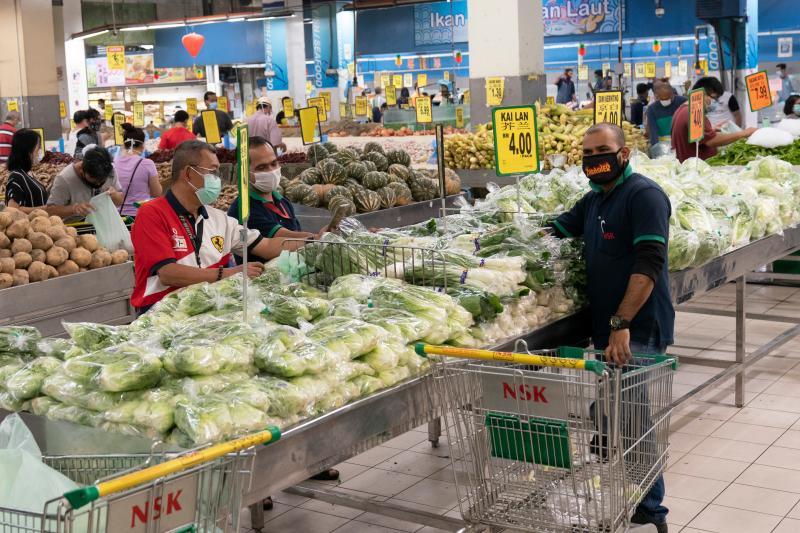 ▲採買蔬菜及日用品成為馬來西亞男性的一大挑戰。(圖/美聯社/達志影像)