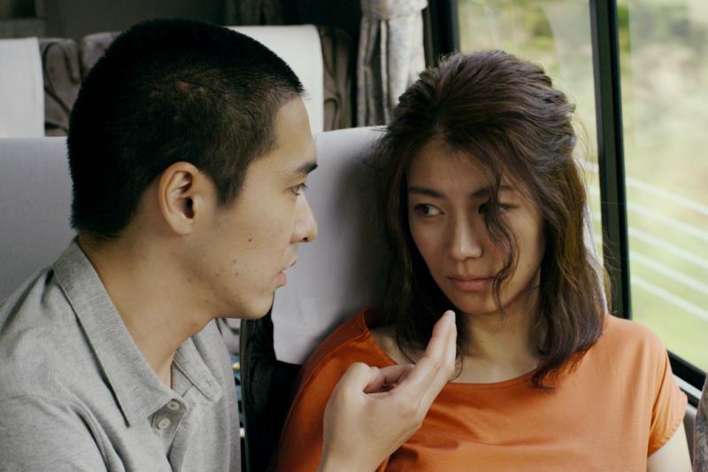 001【火口的二人】劇照_柄本佑(左)伸出金手指,在移動的巴士不停愛撫瀧內公美(右)