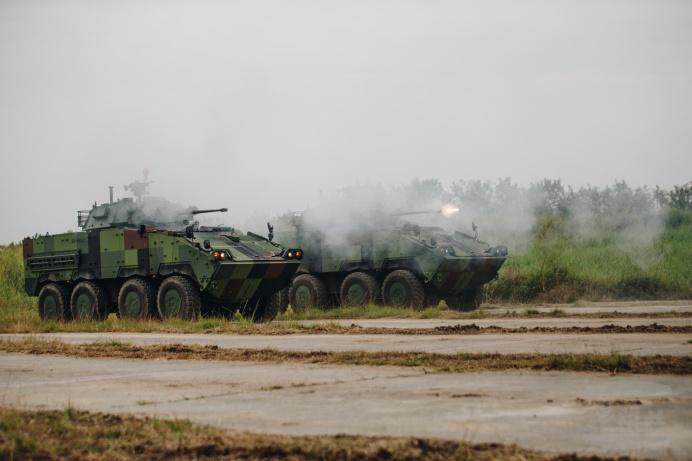 ▲ CM34輪型戰鬥車進行30公釐機砲射擊訓練。(軍聞社記者林澤廷攝)