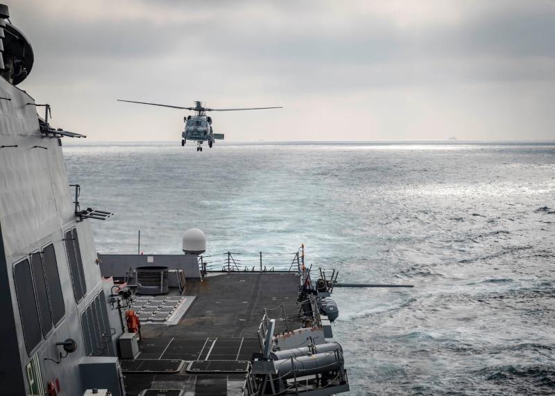 ▲美軍在台海周邊的例行演訓,其中麥坎貝爾號驅逐艦從台灣海峽北上途中,這張照片意外拍到我國海軍派里級巡防艦在後方伴隨。(圖/美國海軍)