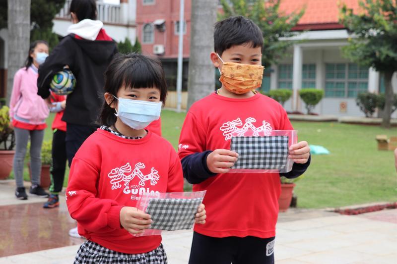 「<b>花帔布口罩套</b>」夯 古寧頭社區送出300個當兒童節禮物