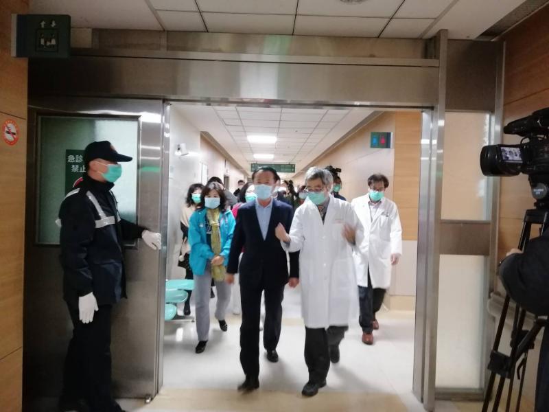 嘉義長庚醫院兒童感染科王盈翔醫師(最右)陪同翁章梁縣長在醫院慰勉第一線醫護人員。