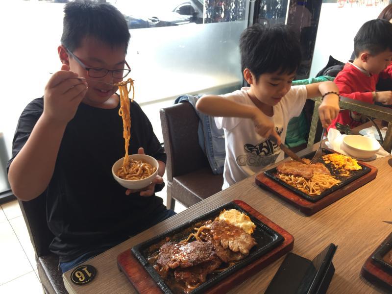 <br> ▲成功獅子會招待家扶親子享用美味的排餐。(圖/記者陳雅芳攝,2020.04.02)