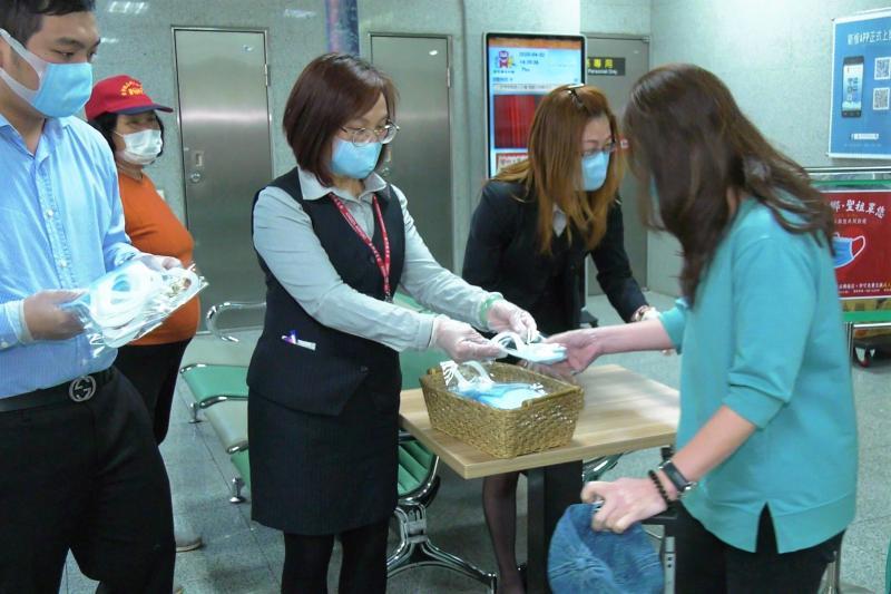 食品工廠減班口罩用不到 3千片機場發放助防疫