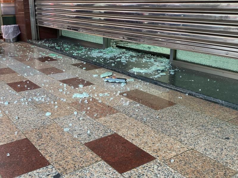 大門玻璃碎裂一地