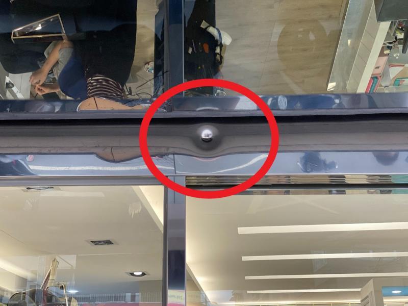 <br> ▲隔壁店家無辜遭波及,大門上方門框遭擊中1槍。(圖/記者陳聖璋攝,2020.04.02)