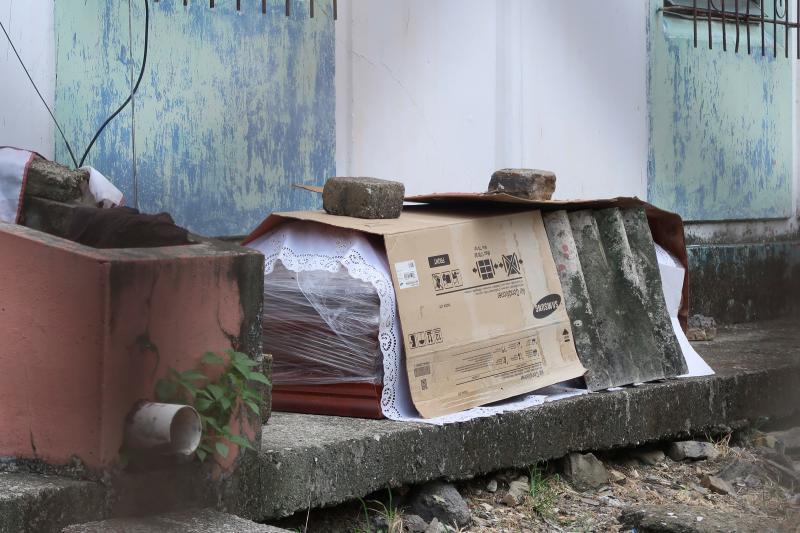 ▲新冠肺炎疫情壓垮厄瓜多醫療及殯葬體系,路邊除了病死的遺體外,還有無法下葬、裝了遺體的棺材擺放。(圖/美聯社/達志影像)
