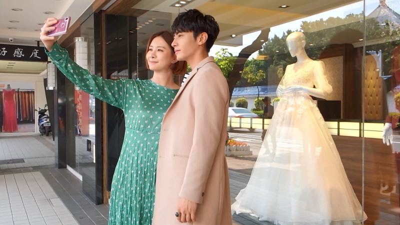 <br> ▲安心亞(左)拉著宋柏緯櫥窗裡的白紗狂拍合照。(圖 / TVBS提供)