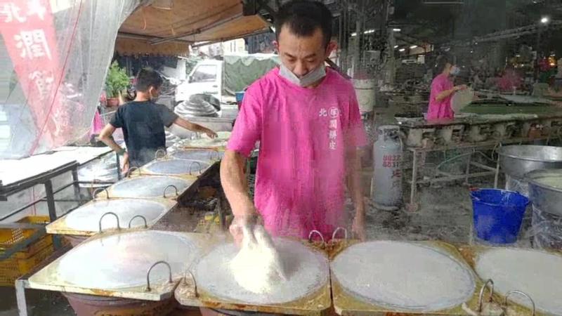 <br> ▲手裡抓握著濕潤麵團,一起一落間就完成一張張薄透如紙的潤餅皮。(圖/記者陳雅芳攝,2020.04.03)