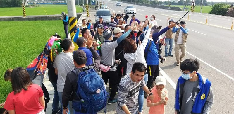 <br> ▲這二位大叔在徒步抵達彰化縣,在過去48天,有民眾沿途給予加油鼓勵,也有熱心的朋友一起陪走。(圖/記者陳雅芳攝,2020.04.04)
