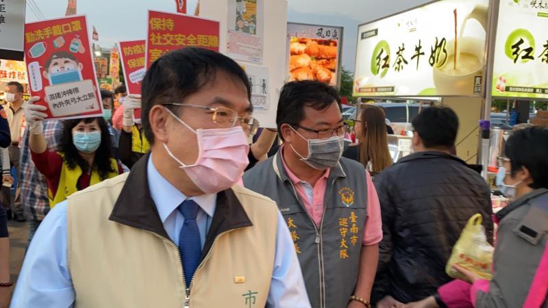 台南市長黃偉哲親自至花園夜市宣導防疫