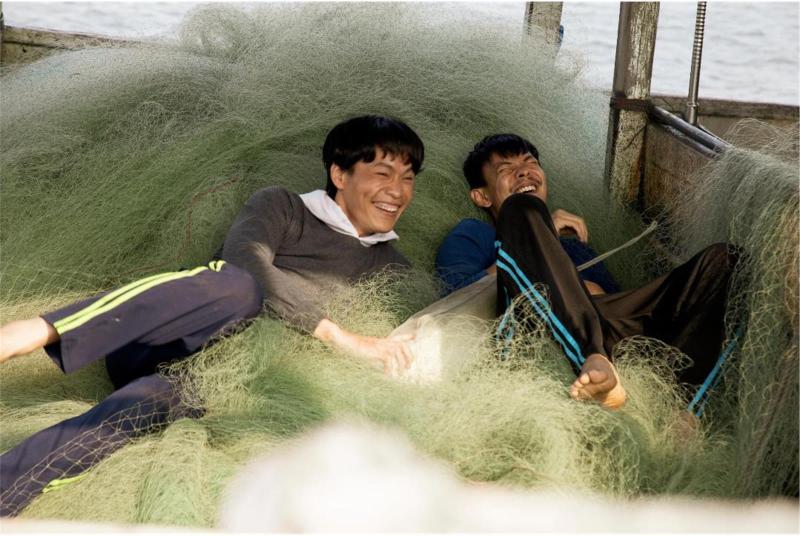 ▲▼黃鐙輝(左)不洗澡,只為了演活漁工真實生活的樣貌。(圖/民視)