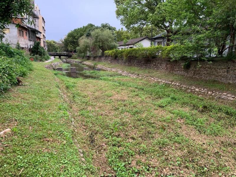 <br> ▲縣議員溫芝樺指出,南郭坑溪現場砌石土塊掏空、路基破損開孔。(圖/記者陳雅芳攝,2020.04.05)