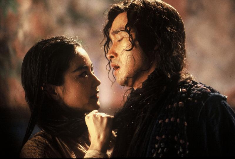 ▲《白髮魔女傳》由張國榮(右)及林青霞共同演出。(圖/華映)