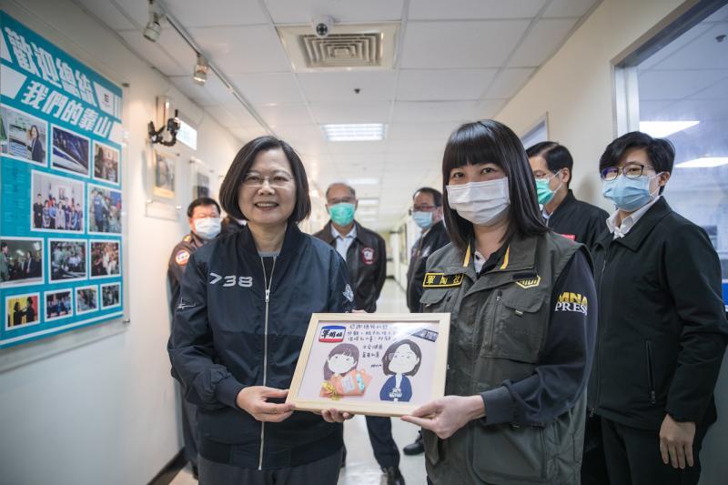 蔡英文視導軍聞社<b>青年日報</b> 黑鷹事故受傷記者送卡片致謝