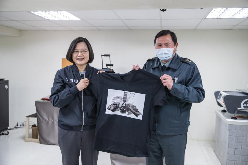 ▲蔡英文總統視導青年日報社,獲贈文創機印製的T-Shirt。(圖/國防部提.2020.04.06)