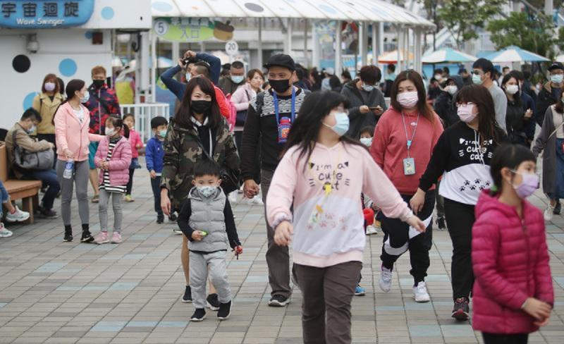 因應新冠肺炎(2019冠狀病毒疾病,COVID-19)疫情,不少家長 4 日兒童節帶著小朋友前往台北市兒童新樂園遊玩都戴上口罩防疫。中央社記者張新偉攝109年4月4日