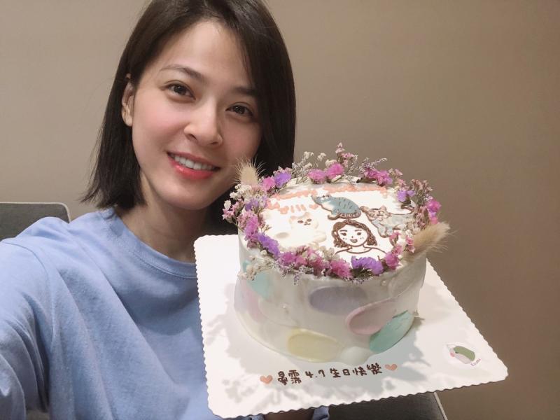 ▲蘇晏霈工作中度過32歲生日。(圖 / 民視提供)