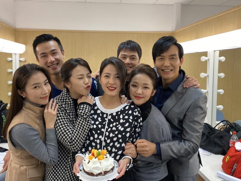 <br> ▲蘇晏霈(中)感動八點檔《多情城市》演員群幫她慶生。(圖 / 民視提供)