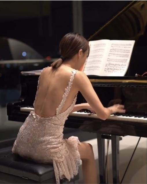<br> ▲鋼琴女神秀琴技。(圖/翻攝李元玲IG)