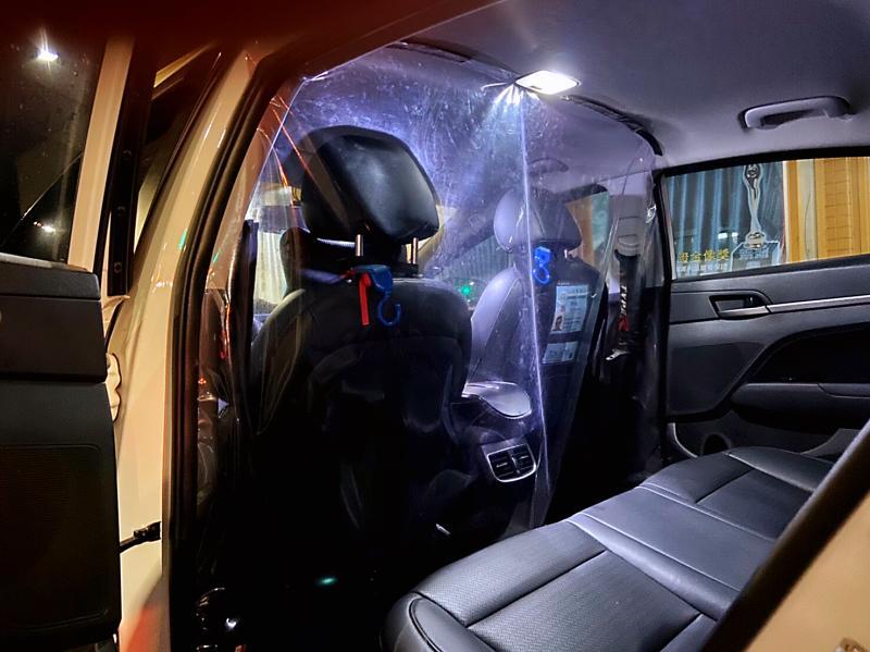 ▲ 盧姓台商搭乘防疫計程車,前往集中檢疫所,途中竟然強力掀扯車內阻隔前後座的透明隔簾。(圖/高市衛生局提供)