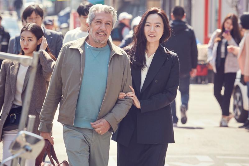 005【緣來想見妳】劇照_裴斗娜(右)當導遊,帶亞倫夏巴(左)進行首爾輕旅行