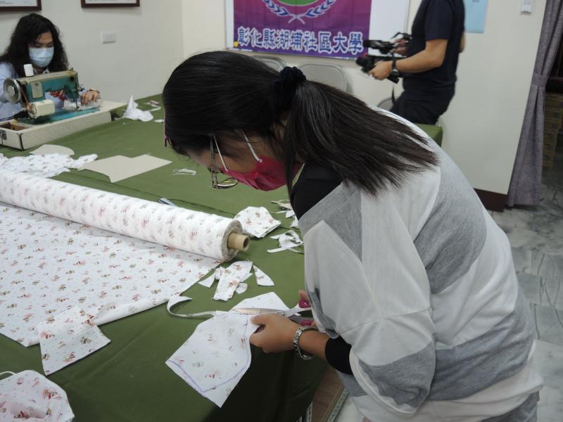 <br> ▲學員們也開始製作口罩套進行義賣,希望能挺過疫情度小月。(圖/記者陳雅芳攝,2020.04.08)