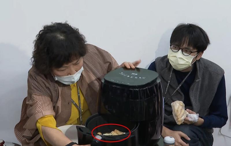 國民黨不分區立委葉毓蘭,8日下午召開記者會,用前一天「炸口罩」的氣炸鍋炸甜不辣時,意外掉出口罩殘骸。