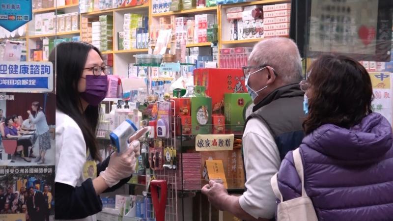 ▲口罩實名制2.0啟動第4波預購採雙週制,實體購買通路藥局今(9)日起也開放購買雙周的口罩數量,一次以最多9片為限。(圖/NOWnews資料照)