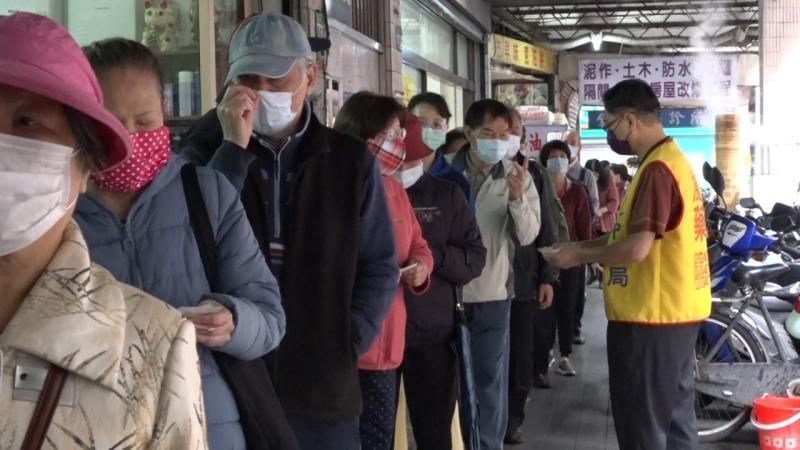▲不少網友表示現在都直接去藥局買口罩。(示意圖/NOWnews攝影中心)