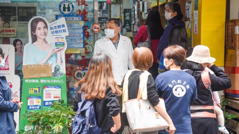 ▲受新冠肺炎疫情影響,藥局前出現大排長龍的買口罩人潮。(示意圖/NOWnews攝影中心)