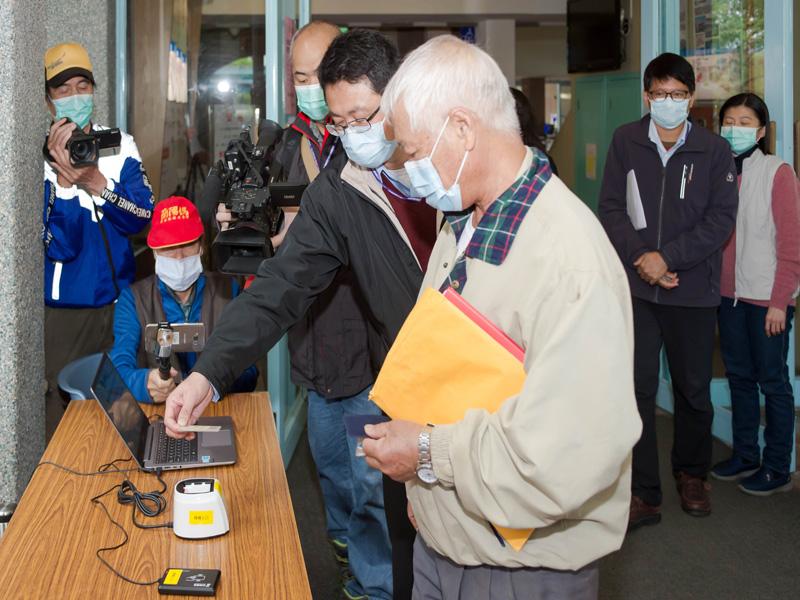 宜蘭縣政府今(9)日起實施數位登記措施,民眾進入縣府大樓除必須配戴口罩外,還要出示身分證或任一種數位縣民卡