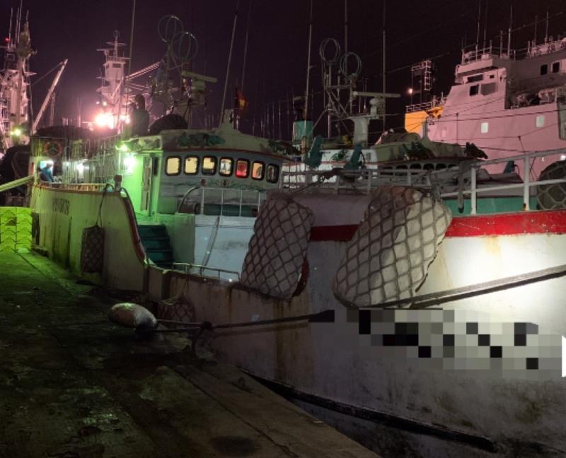 ▲海巡署艦隊分署第五海巡隊查獲巴布亞新幾內亞籍漁船涉嫌走私冷凍沙丁魚。(圖/海巡署第五海巡隊提供)