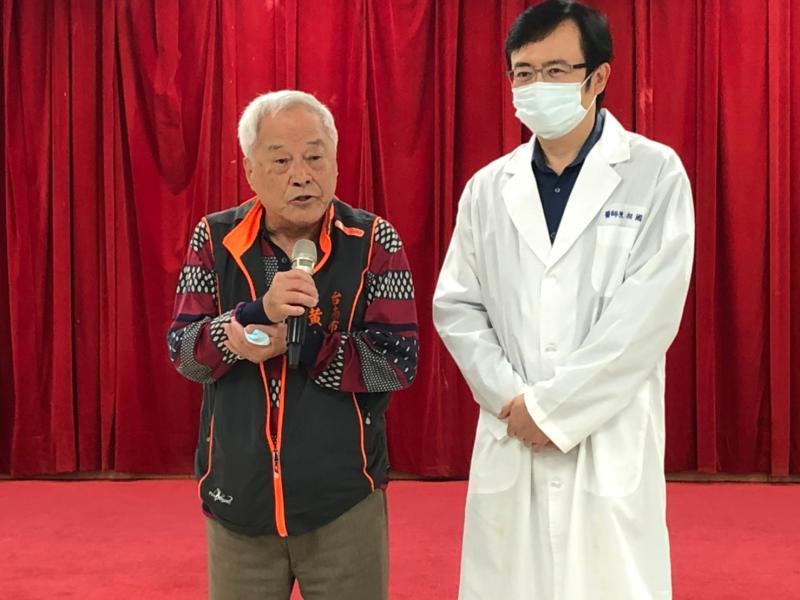 黃森川老醫師(左)老而彌堅,他表示防疫不分你我,願能貢獻一己之力,對抗新冠肺炎。