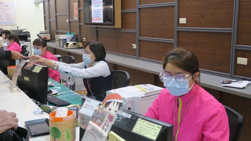 <br> ▲衛福部彰化醫院醫護人員都配戴上詹進裕捐贈護目鏡。(圖/記者陳雅芳攝,2020.04.09)