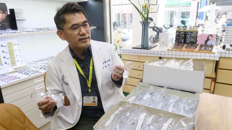 <br> ▲溪湖鎮超時代眼鏡行驗光師詹進裕在知道醫院需要護目鏡時,就決定要捐出全部,希望帶給醫護人員一點溫暖。(圖/記者陳雅芳攝,2020.04.09)