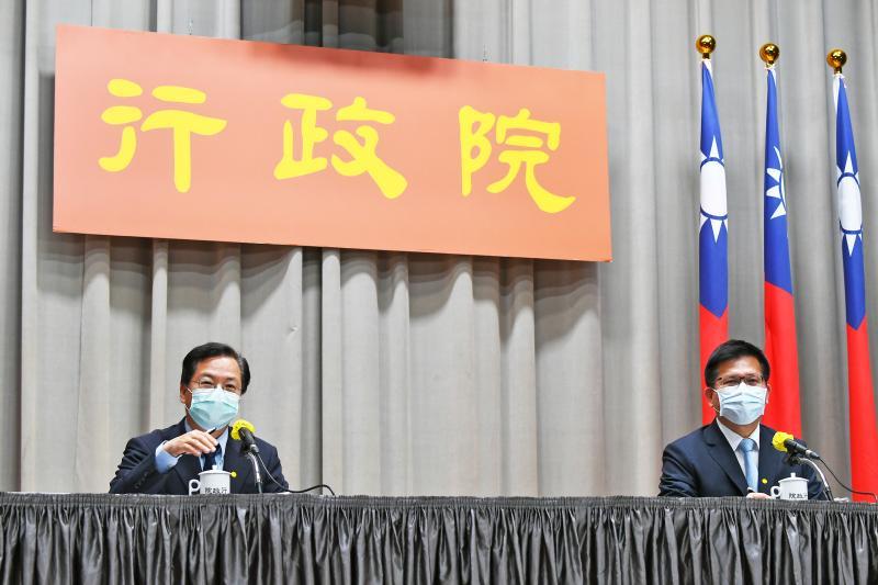 行政院政委龔明鑫、交通部長林佳龍9日在行政院舉行記者會。( 圖 / 行政院提供 )
