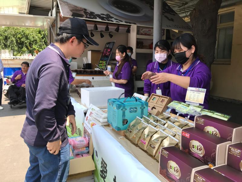 <br> ▲活動共規劃8個場次,將在4、5月間陸續於芳苑工業區的廠區中進行,除了提供免費咖啡品嚐之外,現場也特別開放限量咖啡同品項買一送一的優惠活動。(圖/記者葉靜美攝,2020.04.09)