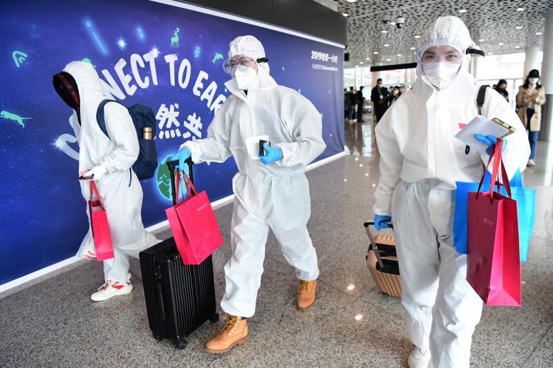 ▲武漢民眾搭機抵達深圳寶安國際機場。(圖/翻攝中新社)