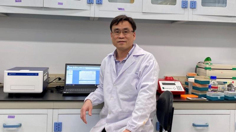 ▲任職中研院生化所的研究員梁博煌從上百種化合物中,篩選出新冠病毒主要蛋白酶抑制劑。(圖/中研院提供)