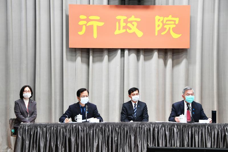 經濟部10日在行政院記者會說明加碼擴大協助方案。(圖 / 行政院提供)