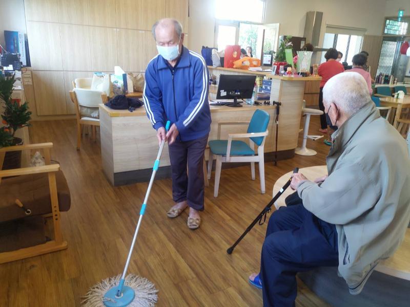 <br> ▲現在阿公阿嬤們都會主動幫忙收拾餐具、掃地。(圖/記者陳雅芳攝,2020.04.10)